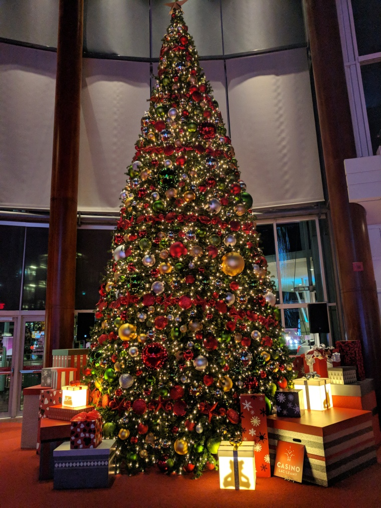 christmas_holiday_style_gatineu_casino_decor_